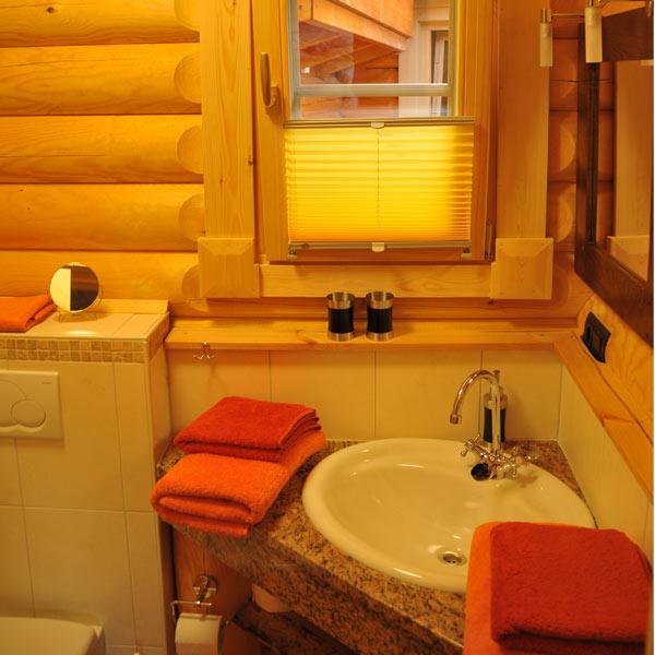 dz im sep holzhaus. Black Bedroom Furniture Sets. Home Design Ideas